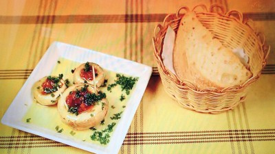 スペイン食堂石井「長谷川さんこだわりのマッシュルームの鉄板焼き(ハーフ)&自家製パン(お通し)」