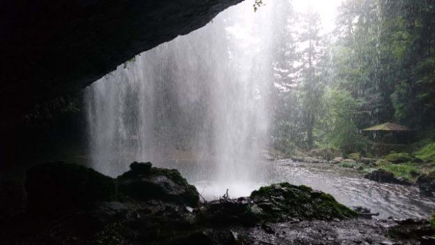 龍頭が滝「裏見の滝」